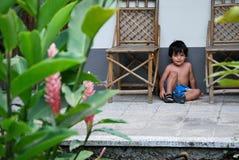 Garçon hispanique mignon à temps à l'extérieur Photos libres de droits