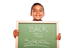 Garçon hispanique mignon tenant le tableau avec de nouveau à l'école Image stock