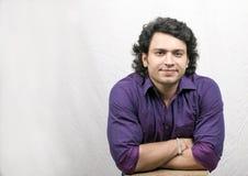 Garçon indien dans la chemise de pourpre de contrôle Photos libres de droits