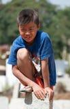 Garçon indien sur le pilier en pierre sur la rue à Bangalore Photo stock