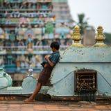 Garçon indien sur le toit du temple Photos libres de droits