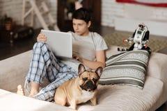 Garçon intelligent regardant l'écran de son ordinateur Images libres de droits