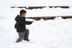 Garçon japonais courant sur le champ de neige Photos libres de droits