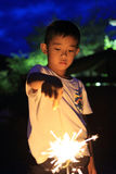 Garçon japonais faisant les feux d'artifice tenus dans la main Photos stock