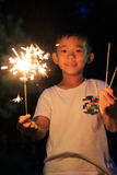 Garçon japonais faisant les feux d'artifice tenus dans la main Image stock