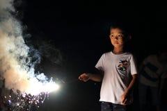 Garçon japonais faisant les feux d'artifice tenus dans la main Images libres de droits