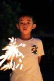 Garçon japonais faisant les feux d'artifice tenus dans la main Photos libres de droits