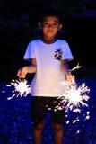 Garçon japonais faisant les feux d'artifice tenus dans la main Photographie stock
