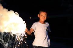 Garçon japonais faisant les feux d'artifice tenus dans la main Image libre de droits