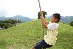 Garçon japonais jouant avec le renard de vol Photo libre de droits