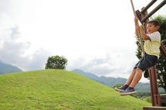 Garçon japonais jouant avec le renard de vol Photo stock