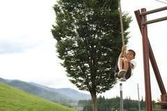 Garçon japonais jouant avec le renard de vol Photographie stock