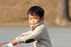 Garçon japonais jouant le badminton Images libres de droits