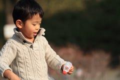 Garçon japonais jouant le badminton Photos stock