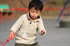 Garçon japonais jouant le badminton Photographie stock