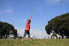 Garçon japonais jouant le badminton Image stock