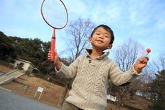 Garçon japonais jouant le badminton Photo libre de droits