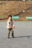 Garçon japonais jouant le badminton Images stock