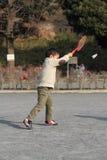 Garçon japonais jouant le badminton Photo stock