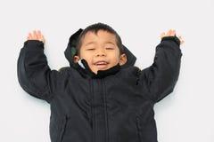 Garçon japonais se trouvant sur le champ de neige Photographie stock
