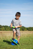 Garçon jouant à l'extérieur avec le jouet Photographie stock libre de droits