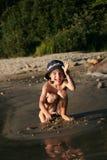 Garçon jouant à la plage Photographie stock