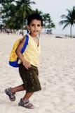 Garçon jouant à la plage photos libres de droits