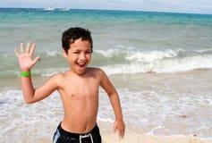 Garçon jouant à la plage Photo libre de droits