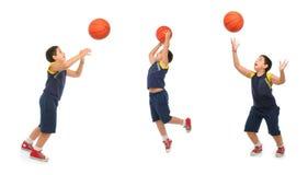 Garçon jouant au basket-ball d'isolement images libres de droits