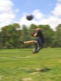 Garçon jouant au football Photographie stock libre de droits