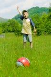 Garçon jouant au football Photographie stock