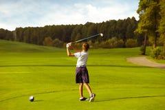 Garçon jouant au golf images libres de droits