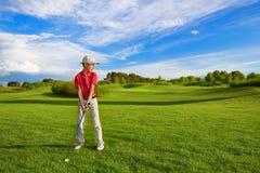 Garçon jouant au golf photographie stock libre de droits