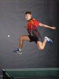 Garçon jouant au ping-pong Photos stock