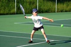 Garçon jouant au tennis Image stock