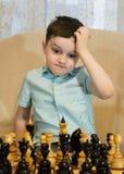 Garçon jouant aux échecs Photos libres de droits