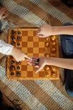 Garçon jouant aux échecs Images stock