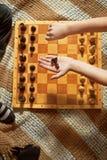 Garçon jouant aux échecs Photo libre de droits
