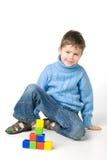 Garçon jouant avec des blocs Photo stock