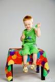 Garçon jouant avec des bulles de savon Photos libres de droits