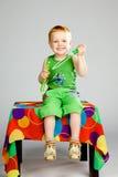 Garçon jouant avec des bulles de savon Photos stock