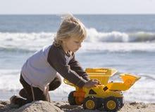 Garçon jouant avec des camions Images stock