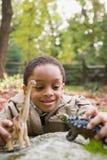 Garçon jouant avec des dinosaures de jouet Photos libres de droits