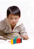 Garçon jouant avec des dominos Photographie stock