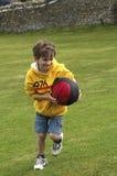 Garçon jouant avec la bille Image stock