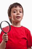 Garçon jouant avec la loupe Photo stock