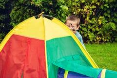 Garçon jouant avec la tente de jouet Images libres de droits