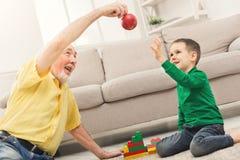 Garçon jouant avec le grand-père dans le kit de bâtiment Photos libres de droits
