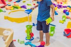 Garçon jouant avec le sable dans l'école maternelle Le développement du concept fin de moteur Concept de jeu de créativité photo libre de droits
