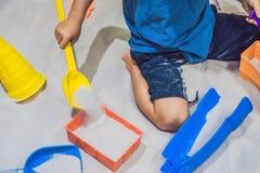 Garçon jouant avec le sable dans l'école maternelle Le développement du concept fin de moteur Concept de jeu de créativité images libres de droits